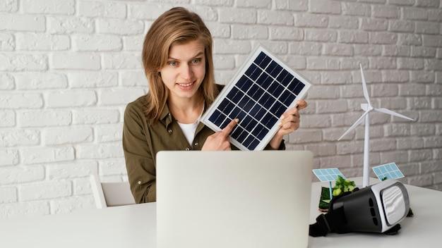 Donna che lavora per progetti ambientali Foto Gratuite