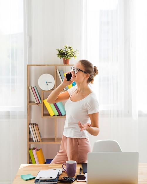 在宅勤務と電話で話している女性 無料写真