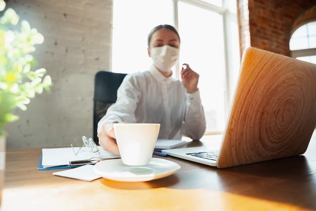 コロナウイルスまたはcovid-19検疫中に在宅勤務の女性 無料写真