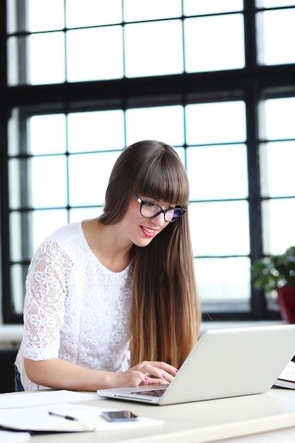 Donna che lavora in ufficio Foto Gratuite