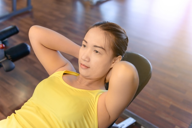 Woman working out in fitness Premium Photo