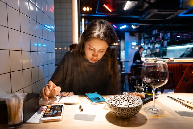 Woman works at a cafe in the evening Free Photo