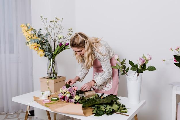 Женщина, обертывающая букет цветов Бесплатные Фотографии