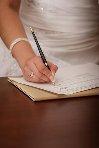 Woman writing on her agenda Premium Photo