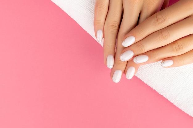 유행 흰색 프랑스 매니큐어와여 대 손 프리미엄 사진