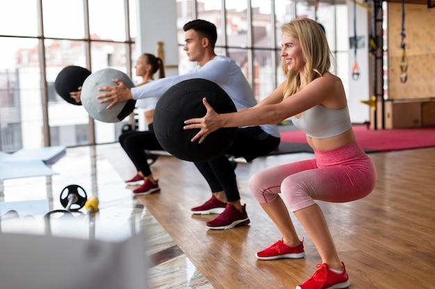 女性と男性のジムでトレーニング Premium写真