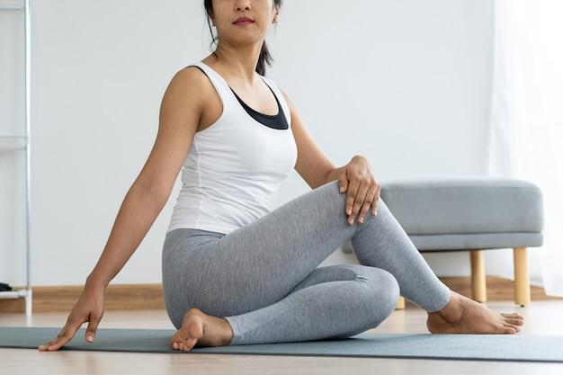 Женщины делают скручивания сидя для здоровья и упругости. концепция йоги Premium Фотографии