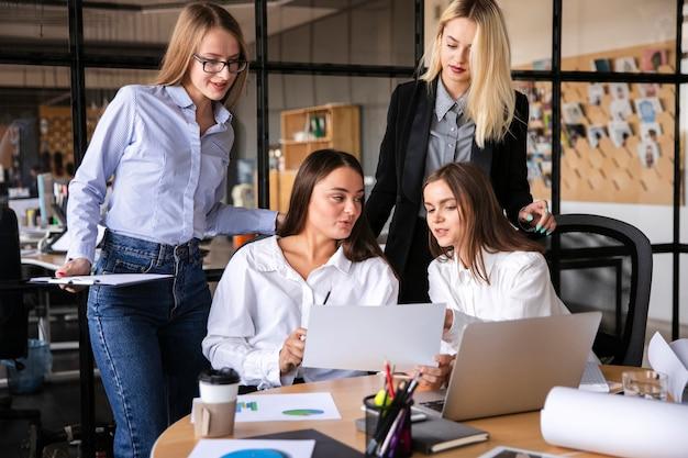 Девушки за работой работать фото юлия павлова