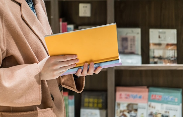 Women customers reading in the library Premium Photo