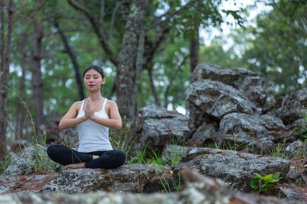Donne che esercitano, facendo yoga nel parco, giornata mondiale dello yoga. Foto Gratuite