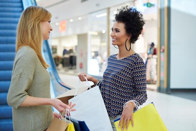 Donne che vanno di sopra per fare qualche acquisto Foto Gratuite