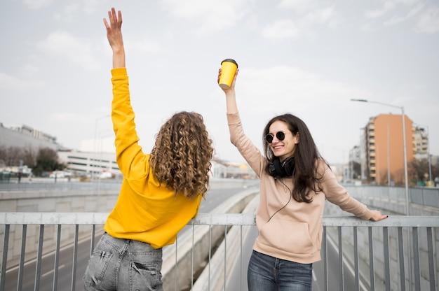 Женщины держатся за руки в воздухе Бесплатные Фотографии