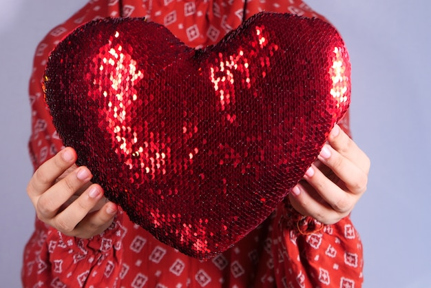 手で赤いハートを保持する女性 Premium写真