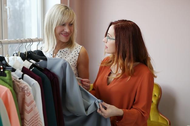 衣料品店の女性 無料写真