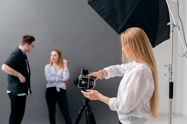Women and man working in a photography studio Free Photo