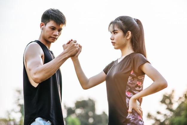 Donne e uomini stanno tenendosi per mano per esercitarsi. Foto Gratuite