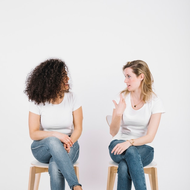 Women on chairs talking Free Photo