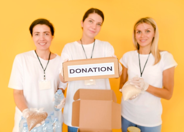 Donne che preparano scatole con cibo da donare Foto Gratuite