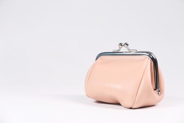 Женский кошелек на белом фоне с копией пространства. Premium Фотографии