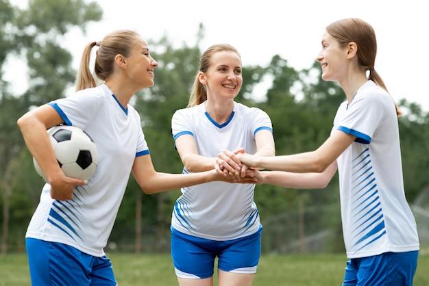 Donne pronte a giocare a calcio Foto Gratuite