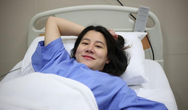 병원 침대에서 출산 준비가 된 여성 프리미엄 사진