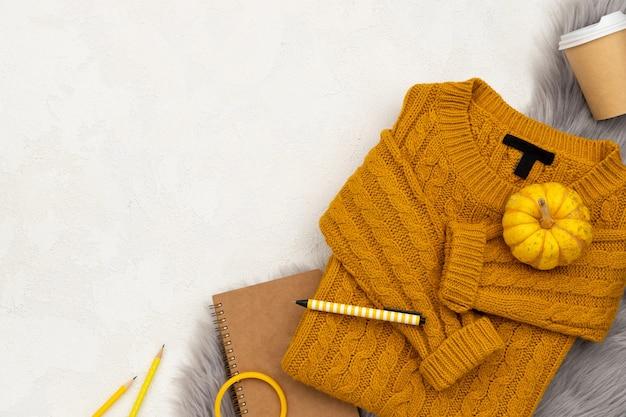 회색 배경에 여성 의류 및 액세서리. 패션 가을 쇼핑 세일 프리미엄 사진