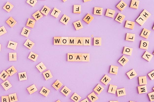 ハートの形をしたスクラブル文字で書かれた女性の日 無料写真