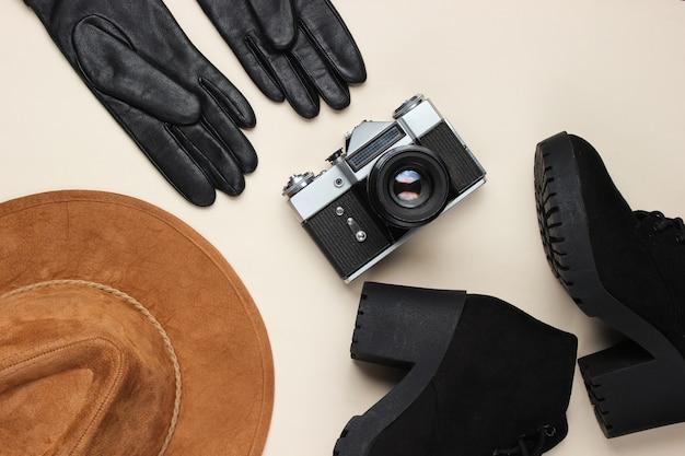 Женские модные осенние аксессуары, обувь и ретро пленочная камера на бежевом, плоская планировка Premium Фотографии