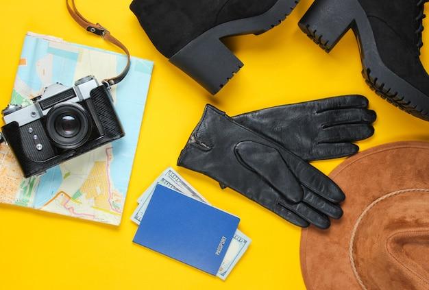 Женские модные осенние дорожные аксессуары, обувь и ретро пленочная камера на желтом, плоской планировке Premium Фотографии