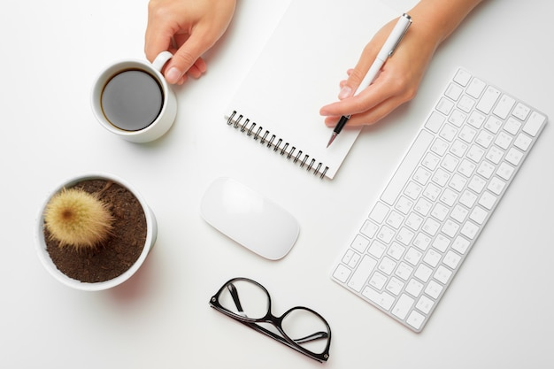 Women's hands using keyboard and mouse Premium Photo
