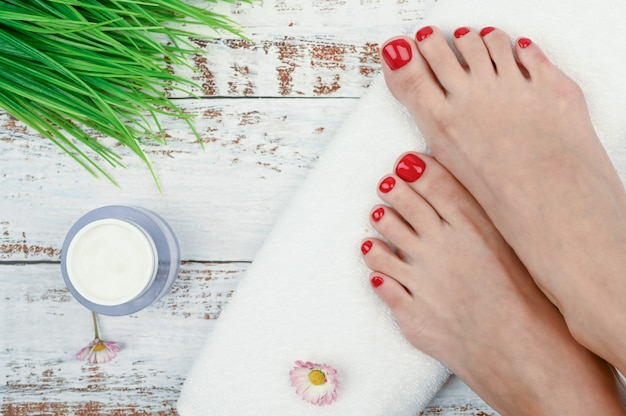 Женские ножки с белым рулонным полотенцем Premium Фотографии