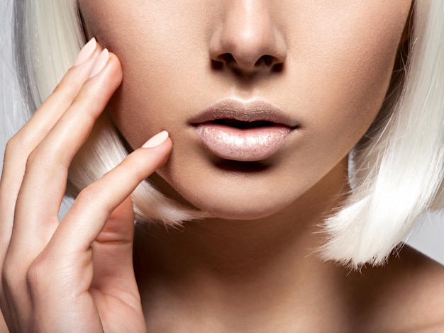 여자의 입술 근접 촬영. 인식 할 수없는 사람. 반 얼굴 무료 사진