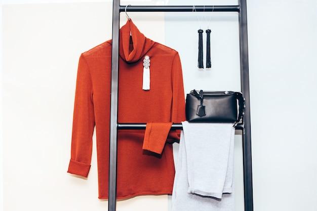 Женский гардероб. вязаный кардиган, серьги, сумка. повседневная одежда. Premium Фотографии