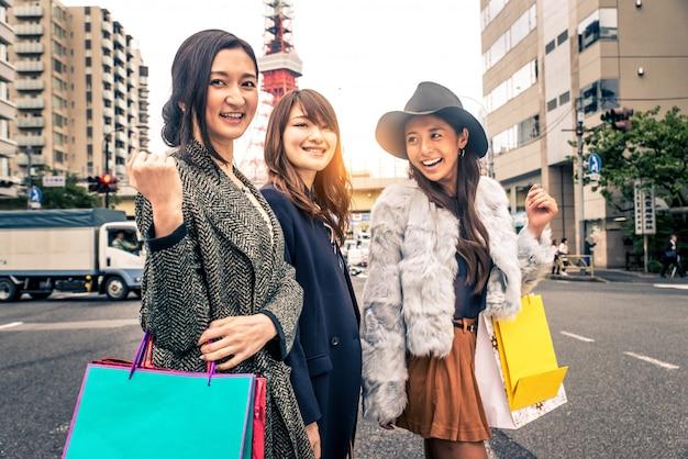 Женщины шоппинг в токио Premium Фотографии