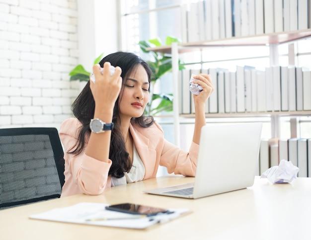 オフィスで働くことにストレスの多い女性 Premium写真