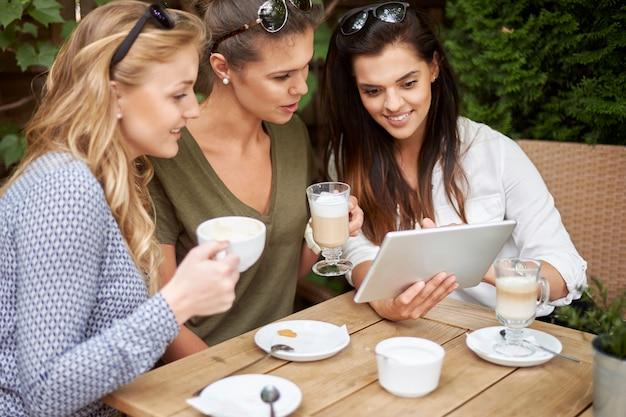 친구와 함께 커피를 마시는 여자 무료 사진