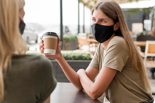 Donne in terrazza con maschera Foto Gratuite