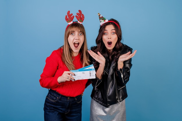 Women with airplane tickets wearing new year holiday hoops Premium Photo