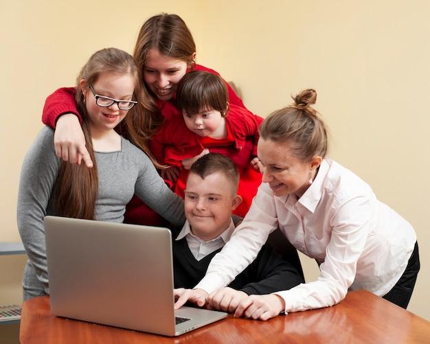 Женщины с детьми с синдромом дауна на ноутбуке Бесплатные Фотографии