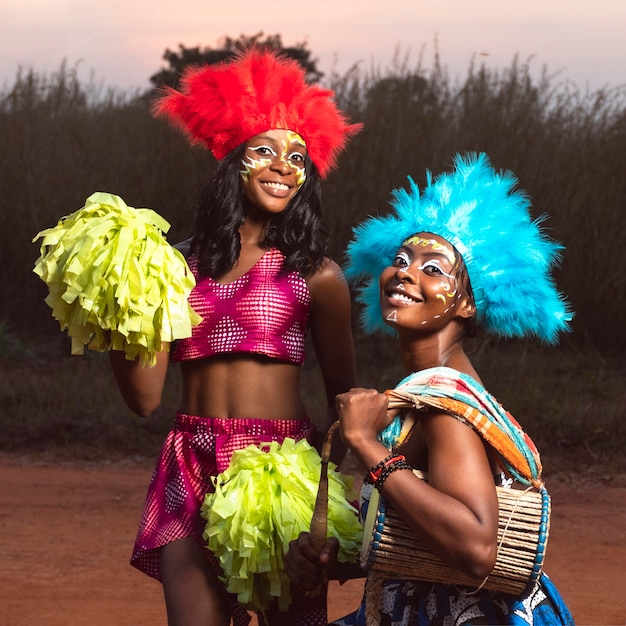 カーニバルで楽器を持っている女性 Premium写真