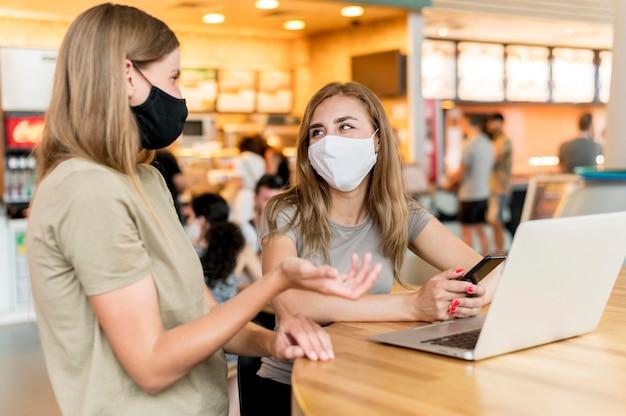 Donne con maschera funzionante Foto Gratuite