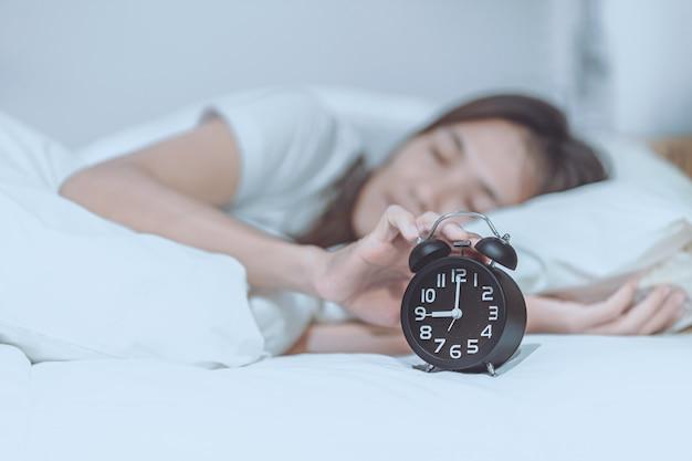 Женщины проснулись поздно утром в понедельник. Premium Фотографии