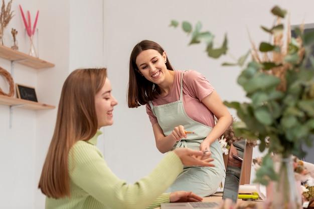 自分のフラワーショップで働く女性 無料写真