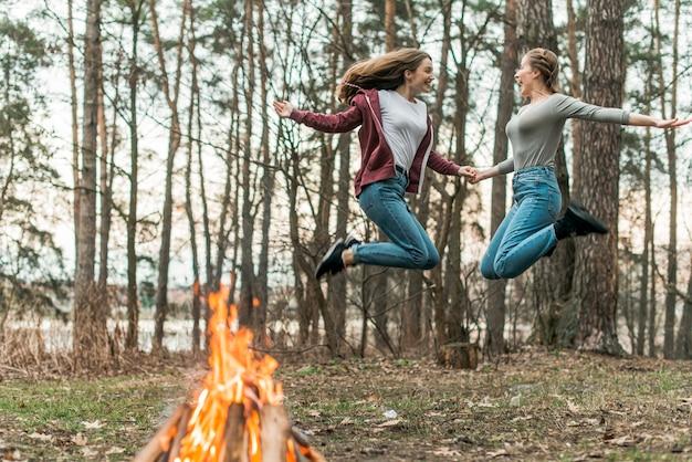 Женские прыжки вместе Бесплатные Фотографии