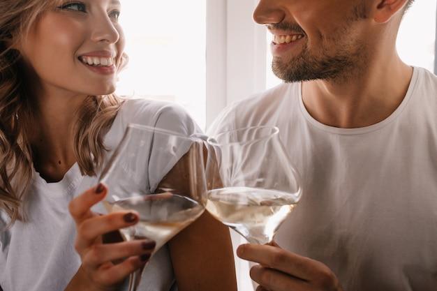 Замечательная фигурная женщина празднует годовщину с парнем. пара пьет шампанское. Бесплатные Фотографии