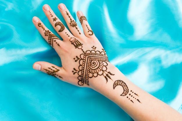 Wonderful mehndi on woman hand Free Photo