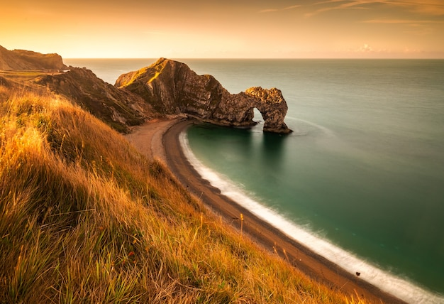 Wonderful sunrise in an august morning at durdle door in dorset england Free Photo