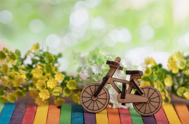 Деревянная модель велосипеда место на красочные деревянные Premium Фотографии