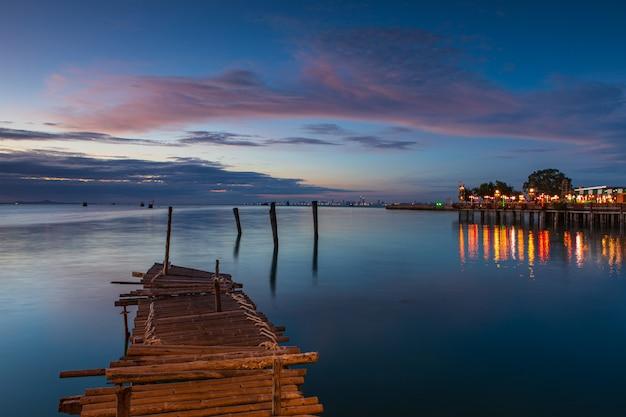 Деревянный мост на море Premium Фотографии