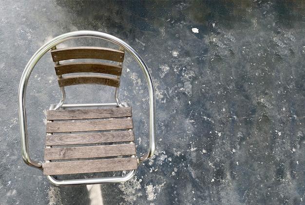 暗い床に木製の椅子 Premium写真